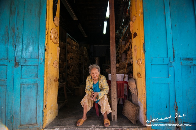 An old lady enjoying her long afternoon by the door <Hoi An>