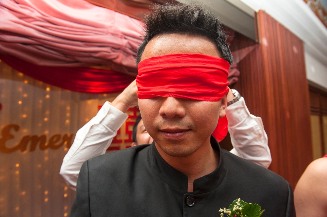 """The game for the groom to """"smell"""" and identify his newly married wife"""